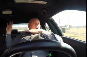 Polizist singt